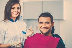 Lycklig manlig patient på tand- kirurgi Arkivbild