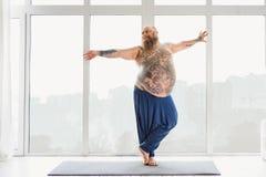 Lycklig manlig tjockis som tycker om morgonövning royaltyfri bild