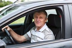 lycklig manpensionär för bil arkivbilder