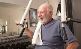 lycklig manpensionär för idrottshall Arkivfoto