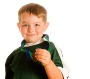 lycklig medaljfotboll för barn Arkivfoto