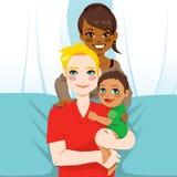 Lycklig mellan skilda raser familj Arkivfoto