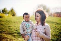Lycklig mellan skilda raser familj Arkivbild