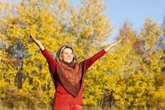 Lycklig mellersta åldrig kvinna med utsträckta armar arkivbild