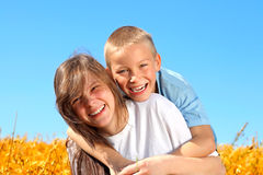 lycklig mer sisier för broder Arkivfoto
