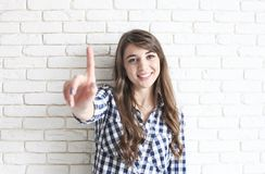 Lycklig millennial flicka som har gyckel inomhus Ståenden av den unga härliga kvinnan med perfekta tänder ler, bryner ögon Minima royaltyfri bild