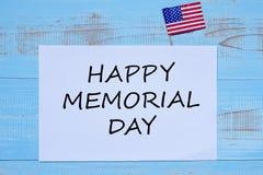 Lycklig minnesdagen med flaggan av Amerikas förenta stater på blå träbakgrund arkivfoton