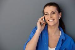lycklig mitt- telefonkvinna för ett vuxet felanmälan arkivfoton