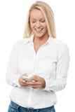 lycklig mobil telefonkvinna Royaltyfria Foton