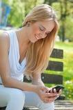 lycklig mobil tonåring för kommunikation Arkivbild