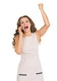 Lycklig mobiltelefon och jubla för ung kvinna talande Fotografering för Bildbyråer