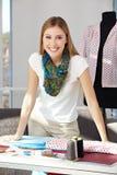 Lycklig modeformgivare i henne Arkivbilder