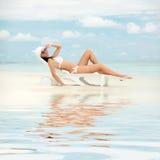 Lycklig modekvinna på stranden Arkivbild
