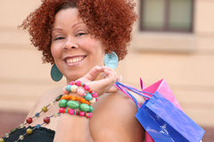 lycklig modell plus shoppingformat Royaltyfri Fotografi