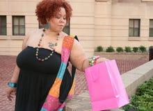 lycklig modell plus shoppingformat Royaltyfria Foton