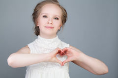 Lycklig modemodell Girl Making Heart Royaltyfri Foto