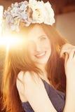 Lycklig modemodell Woman med rött hår och blomman Royaltyfri Bild