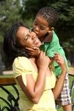 lycklig moder för afrikansk amerikanbarn Royaltyfria Foton
