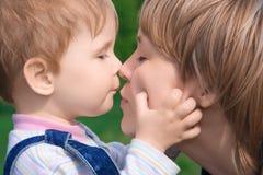 lycklig moder för barnfamilj royaltyfri fotografi