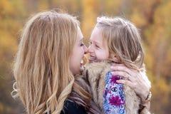 lycklig moder för dotter Arkivfoto