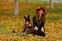 lycklig moder för dotter Familjlivsstilbegrepp Arkivfoto