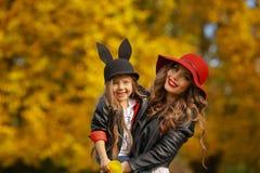 lycklig moder för dotter Familjlivsstilbegrepp Royaltyfri Fotografi