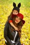 lycklig moder för dotter Familjlivsstilbegrepp Royaltyfri Bild