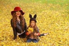 lycklig moder för dotter Familjlivsstilbegrepp Royaltyfria Bilder