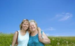 lycklig moder för dotter utomhus Royaltyfria Foton