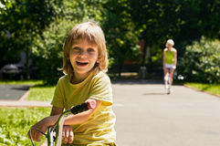 lycklig moder för pojke Arkivbild