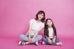 lycklig moder f?r dotter som tillsammans sitter royaltyfria foton