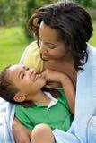 lycklig moder för afrikansk amerikanbarn Arkivbilder