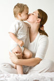 lycklig moder för pojke Arkivfoton