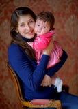 Lycklig moder med den nyfödda dottern Arkivfoton