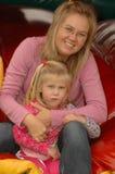 Lycklig moder med dottern Arkivbilder
