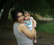 Lycklig moder med hennes lilla son i parkera Arkivfoto