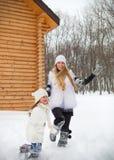 Lycklig moder med hennes rinnande dotter utomhus Fotografering för Bildbyråer