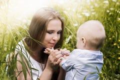 Lycklig moder med hennes son Arkivfoto