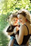 Lycklig moder med liknande blick för dotter som tillsammans kramar royaltyfria bilder