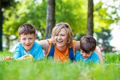 Lycklig moder med ungar royaltyfri bild