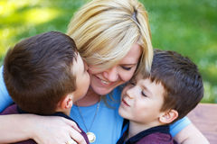Lycklig moder med ungar Royaltyfria Bilder