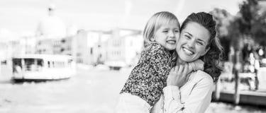 Lycklig moder och att behandla som ett barn att krama på embankm för storslagen kanal arkivfoton