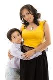 Lycklig moder och barn för latinofamiljstående Royaltyfri Foto