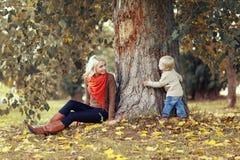 Lycklig moder och barn som har gyckel Arkivbilder