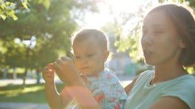 Lycklig moder och barn som har gyckel stock video