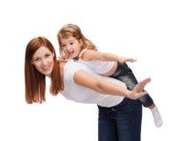 Lycklig moder och barn som på ryggen gör Arkivfoto