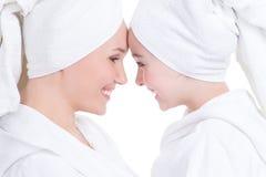 Lycklig moder och barndotter i den vita dressingkappan Fotografering för Bildbyråer