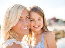 Lycklig moder- och barnflicka Arkivfoton