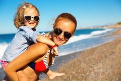 Lycklig moder och dotter Arkivfoton