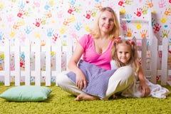 Lycklig moder och dotter arkivbilder